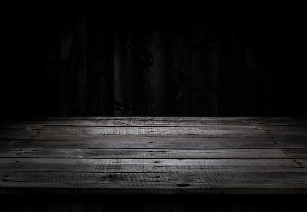 Mesa de madeira escura para exposição do produto