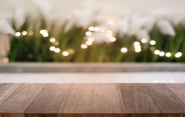 Mesa de madeira escura vazia na frente abstrato bokeh turva