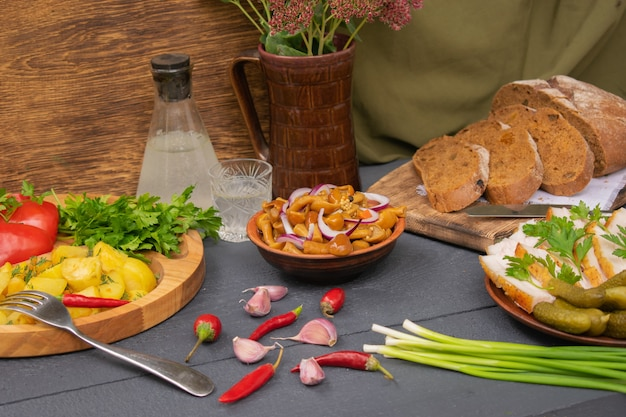 Mesa de madeira estilo country cheia de produtos artesanais frescos e deliciosos petiscos rústicos