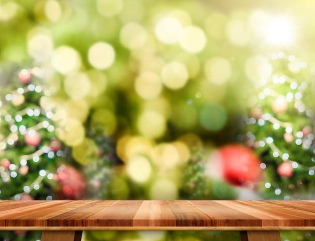 Mesa de madeira marrom com fundo de árvore de natal de borrão abstrata