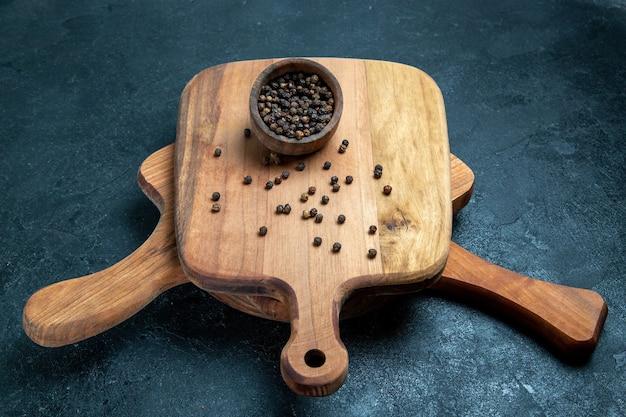 Mesa de madeira marrom com vista frontal