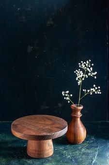 Mesa de madeira marrom de vista frontal sobre mesa de cozinha com foto em cor de madeira azul escuro