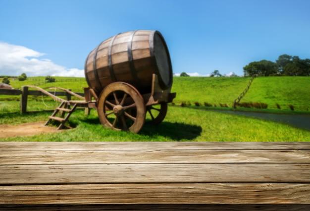 Mesa de madeira marrom na paisagem do vinhedo com espaço vazio de cópia na mesa para maquete de exposição do produto.