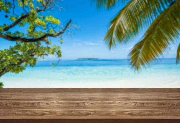 Mesa de madeira marrom na praia tropical de verão com espaço de cópia vazio na mesa para exposição de produtos