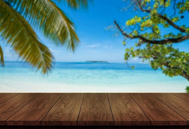 Mesa de madeira marrom na praia tropical de verão com espaço de cópia vazio na mesa para maquete de exposição do produto