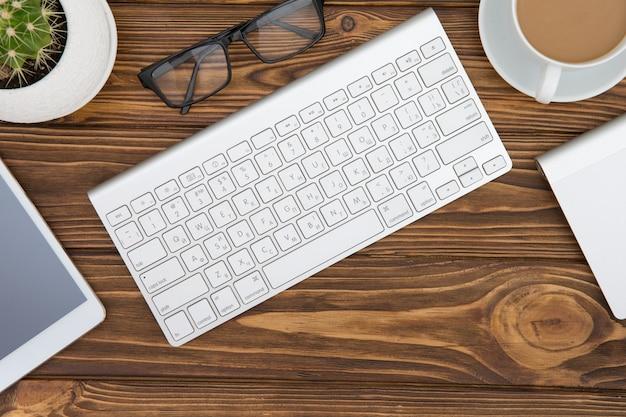 Mesa de madeira mesa de escritório de negócios no local de trabalho e objeto de negócios