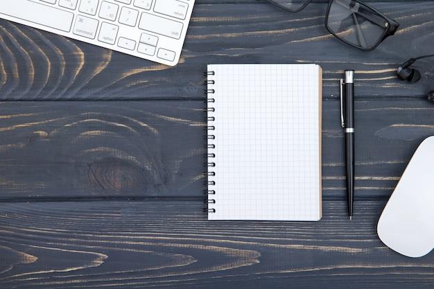 Mesa de madeira mesa de escritório de negócios no local de trabalho e objetos de negócios, conceito de planejamento de negócios e direção de fundo
