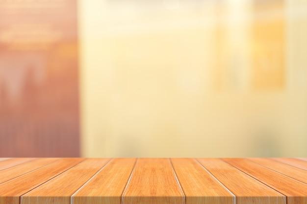 Mesa de madeira mesa vazia em frente ao fundo desfocado