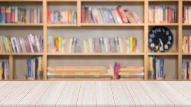 Mesa de madeira na biblioteca com uma estante turva com muitos livros