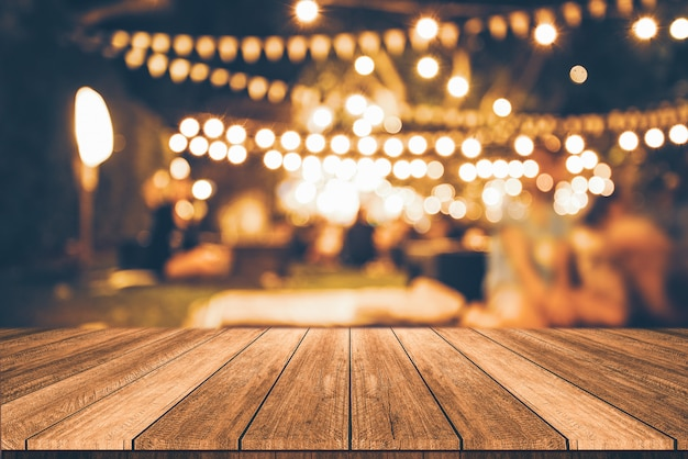 Mesa de madeira na frente abstrato restaurante turva luzes de fundo