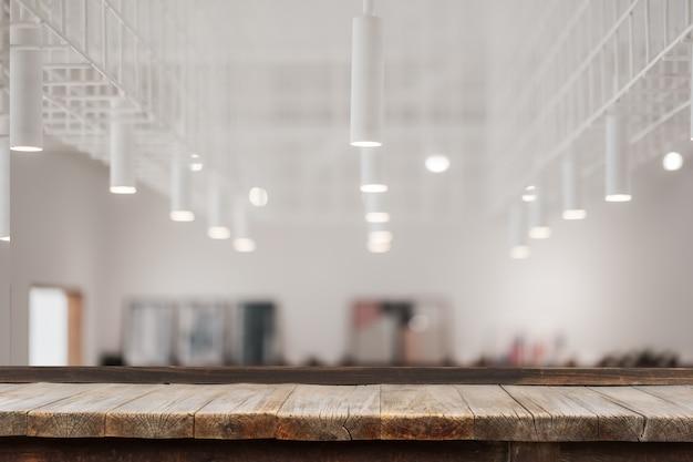 Mesa de madeira na frente de lâmpadas decorativas modernas