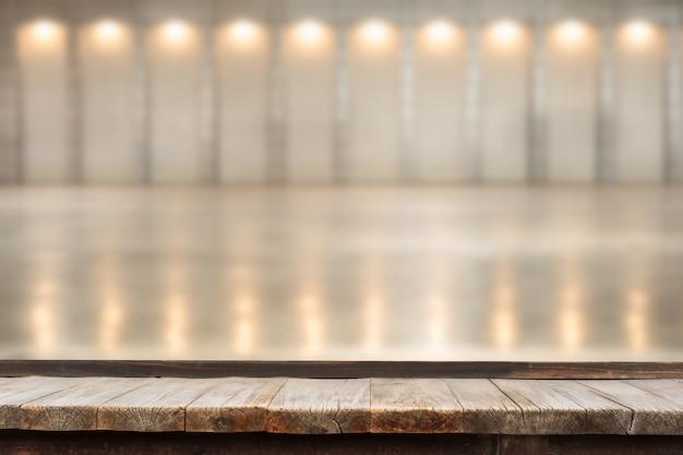 Mesa de madeira na frente de luzes de seqüência de caracteres decorativas indoor.