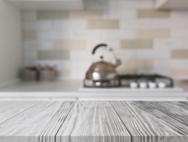Mesa de madeira na frente do balcão da cozinha com gás