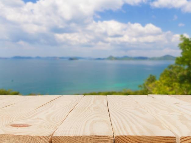 Mesa de madeira na frente do resumo desfocada em vista do fundo do mar