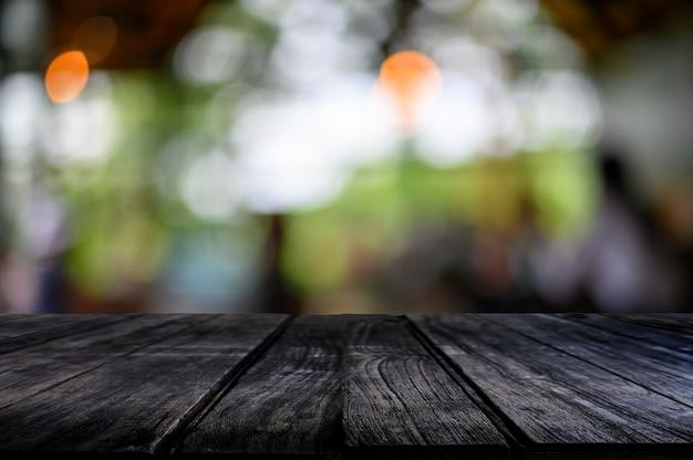 Mesa de madeira na natureza bokeh