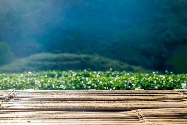 Mesa de madeira na plantação de chá