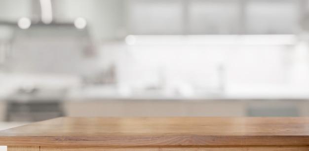 Mesa de madeira na sala de cozinha para montagem de produtos de exibição