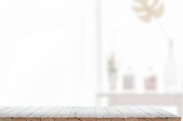 Mesa de madeira na sala de estar e copie o espaço