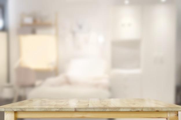 Mesa de madeira na sala de estar