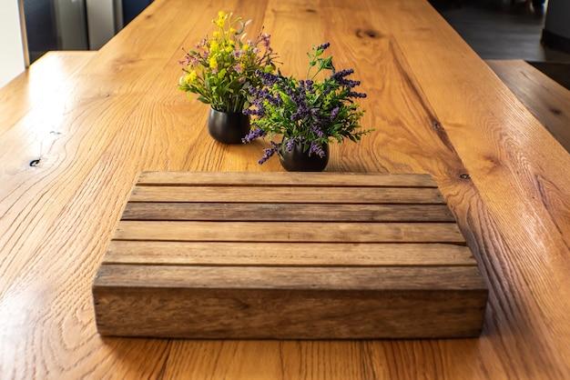 Mesa de madeira no desfoque do café, café, bar