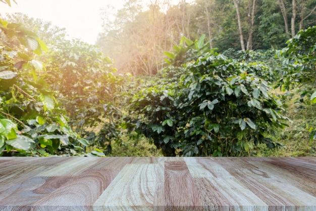 Mesa de madeira no fundo borrado das plantações de café.