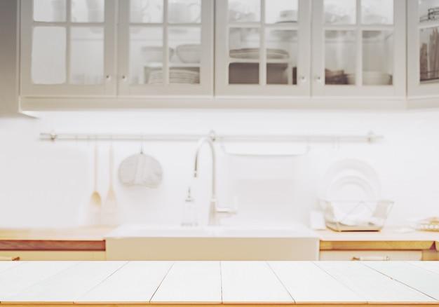 Mesa de madeira no fundo da cozinha turva