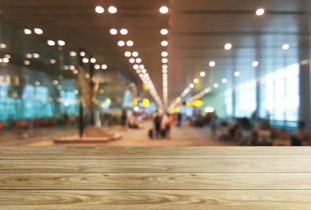 Mesa de madeira no fundo da sala de conferências com espaço de cópia vazio para exposição do produto
