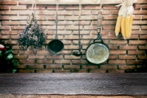 Mesa de madeira no fundo dos utensílios de cozinha vintage.