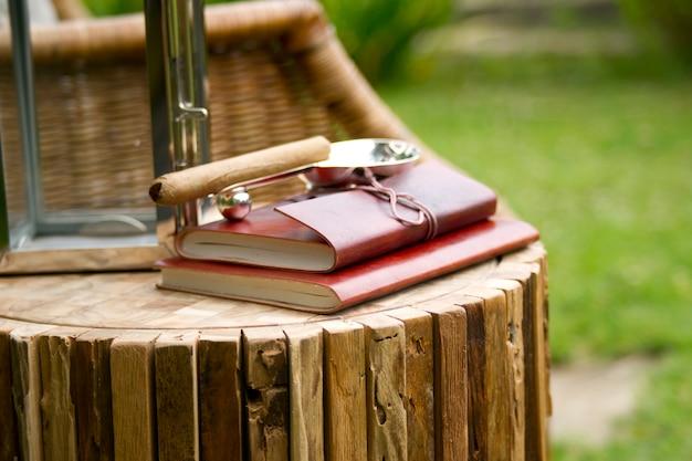 Mesa de madeira no jardim