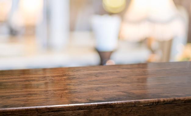 Mesa de madeira no restaurante.