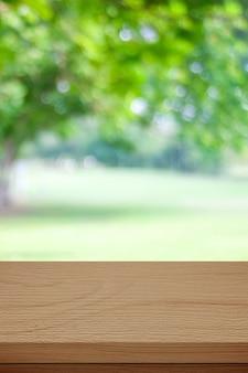 Mesa de madeira para comida, exposição de produtos sobre fundo de jardim verde desfocado