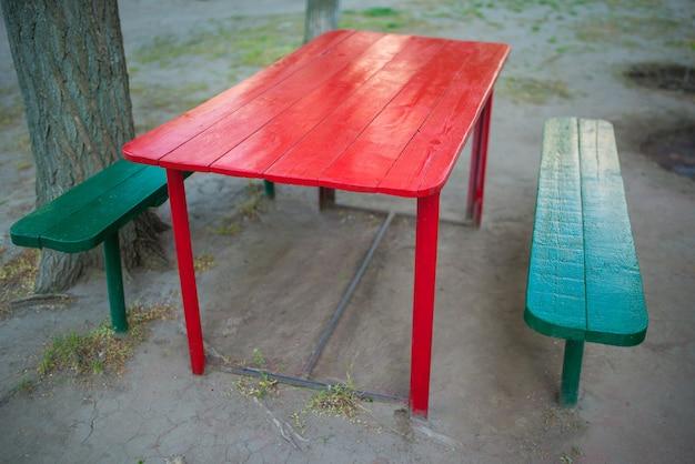 Mesa de madeira pintada de vermelho no quintal
