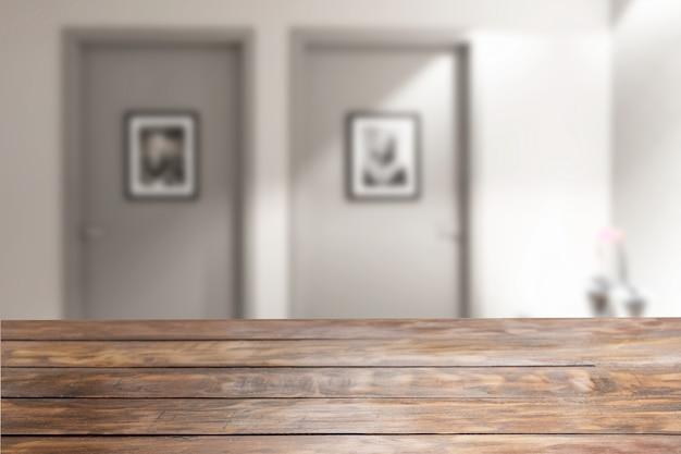 Mesa de madeira rústica em primeiro plano com duas portas no fundo desfocado.
