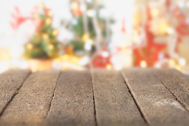 Mesa de madeira rústica na frente desfocada fundo de objeto de natal