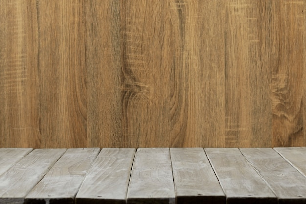 Mesa de madeira superior vazia e fundo da parede de madeira