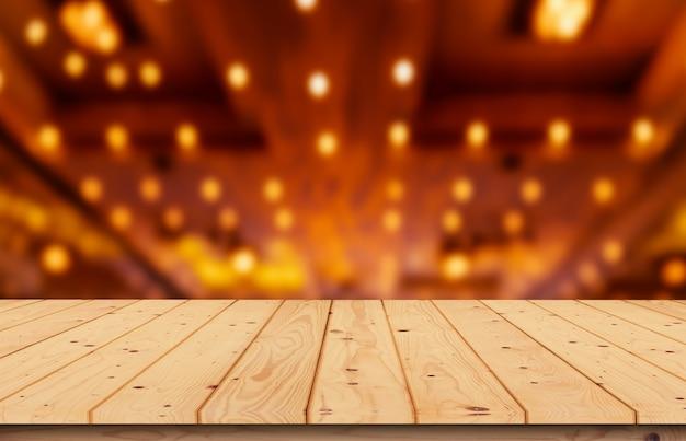 Mesa de madeira turva, luz de fundo amarela à noite na sala de reuniões, noite para editar fotos de produtos ou design de layout