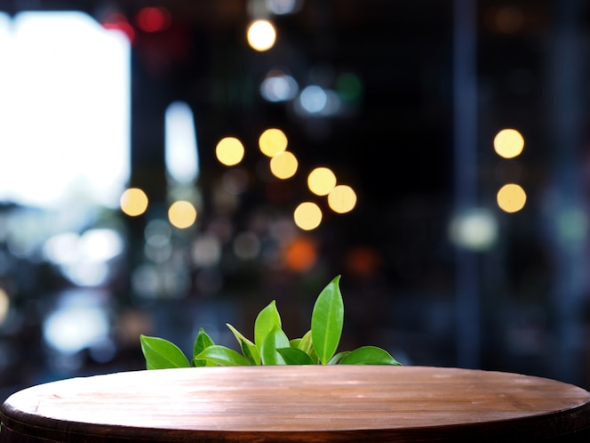 Mesa de madeira vazia borrão luz coffee shop