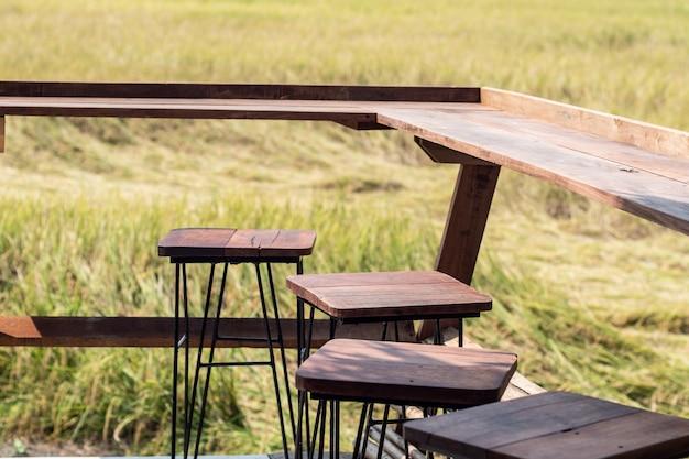 Mesa de madeira vazia chaiir com vista campo de arroz primavera verão ásia paisagem fundo