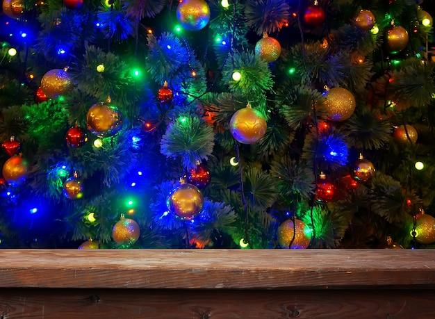 Mesa de madeira vazia com decoração de bola de natal