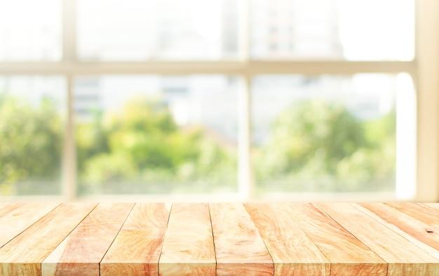 Mesa de madeira vazia com desfoque de fundo de janela grande