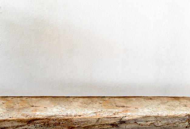 Mesa de madeira vazia com fundo de cimento, para exibir seu produto.