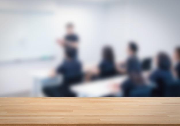 Mesa de madeira vazia com fundo de reunião de negócios