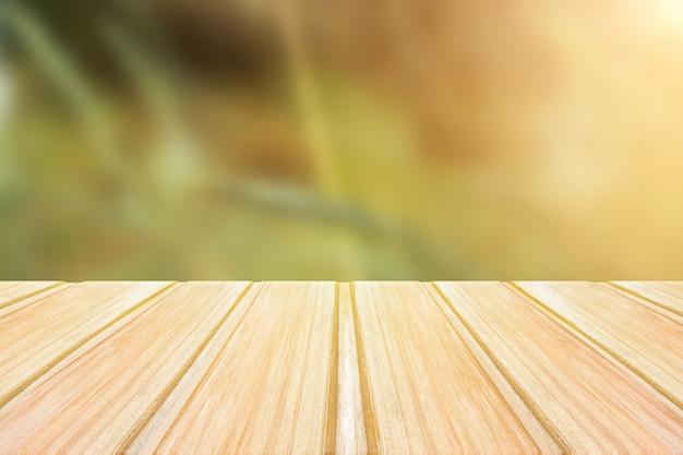 Mesa de madeira vazia com fundo verde turva. festa conceito, produtos, primavera