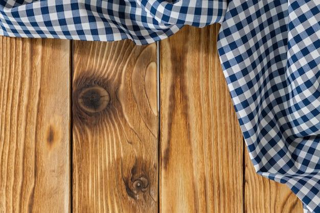 Mesa de madeira vazia com toalha de mesa