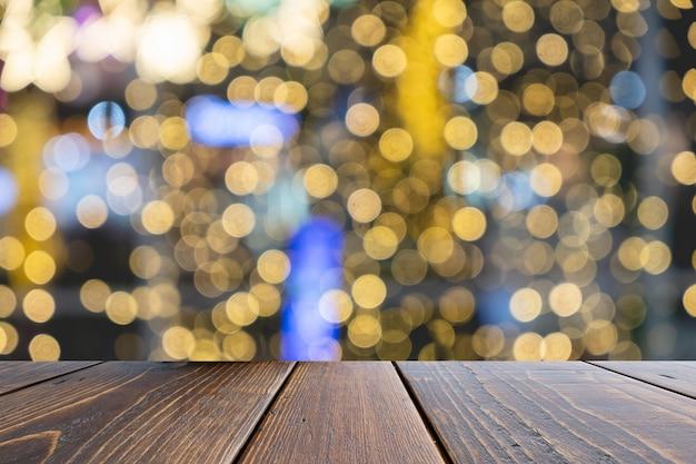 Mesa de madeira vazia de marrom na frente turva fundo colorido