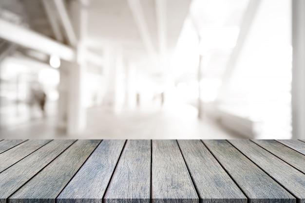 Mesa de madeira vazia de perspectiva em cima sobre desfocar o fundo