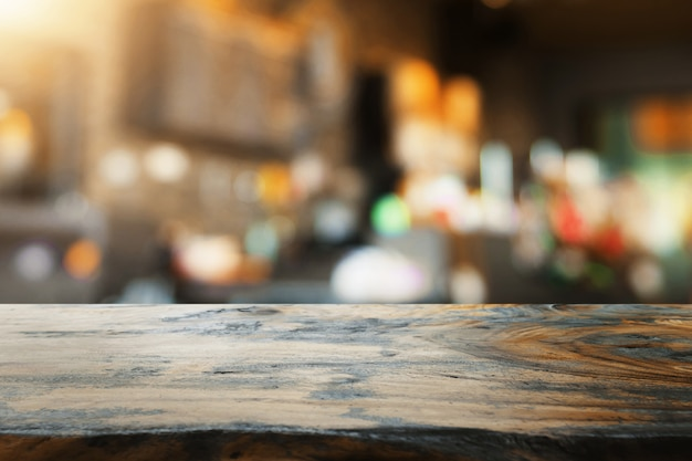 Mesa de madeira vazia e borrão de fundo de loja de café