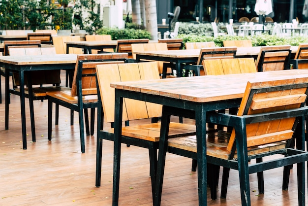 Mesa de madeira vazia e cadeira no restaurante ao ar livre