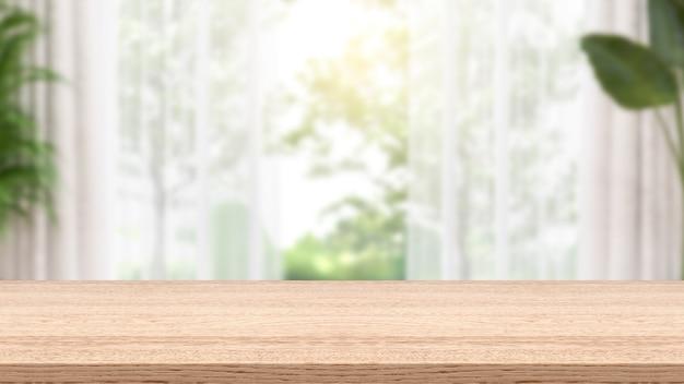 Mesa de madeira vazia e janela embaçada para exibição de produtos de montagem, composta por cortinas e plantas.