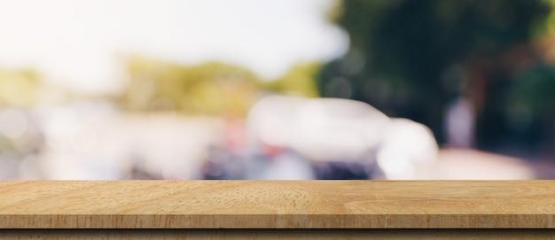 Mesa de madeira vazia e mesa de luz turva na cafeteria e um café com bokeh de fundo. modelo de exibição do produto.